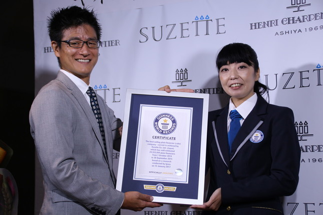 蟻田剛毅社長(左)、ギネス公式認定員の石川佳織氏