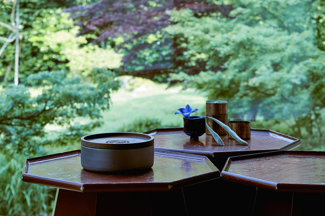 使用済みのたばこスティックを納めるための瓦製トレイ「HEATSTICKS KAWARA TRAY(L)」(写真左)