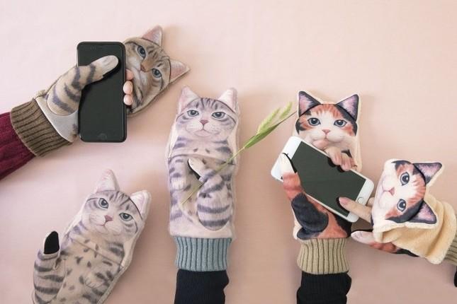 スマホを操作しているとにゃんこにジャマされる「スマートフォン対応 ジャマ猫手袋」