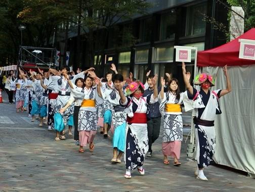 「田畑と森と海でつながる学生団体いろり」を中心とした学生たちによる踊りのパレード