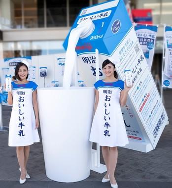 「明治おいしい牛乳注ぎ隊」がリニューアルのPRを担当する
