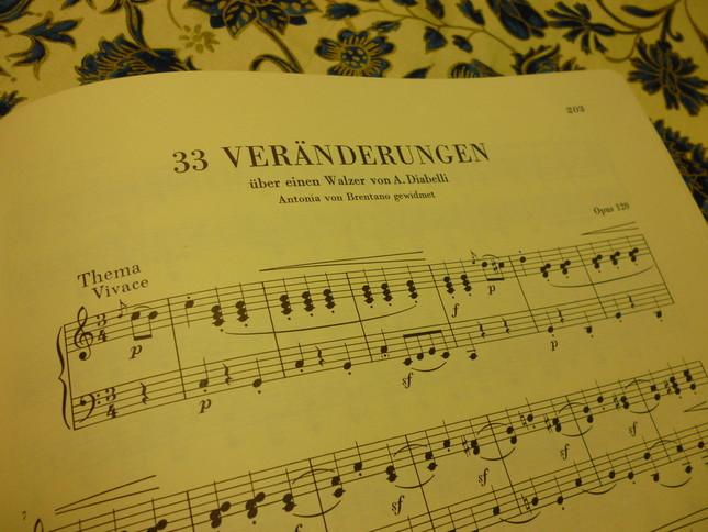 『ディアベリ変奏曲』楽譜冒頭、ディアベリ作曲のワルツ主題で始まる