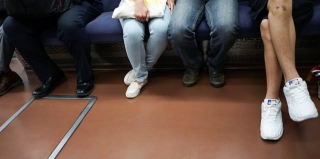 電車やバス内での化粧、どうなの?(画像はイメージ)