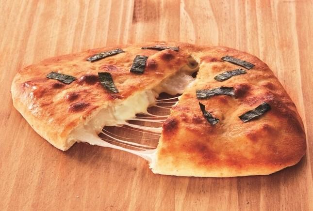 「おにぎりせんべい風包み焼きピザ」