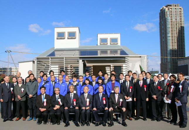 記念写真を撮影する首都大学東京のチーム