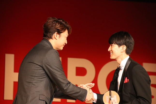 世界ゆるスポーツ協会代表の澤田智洋さんと握手