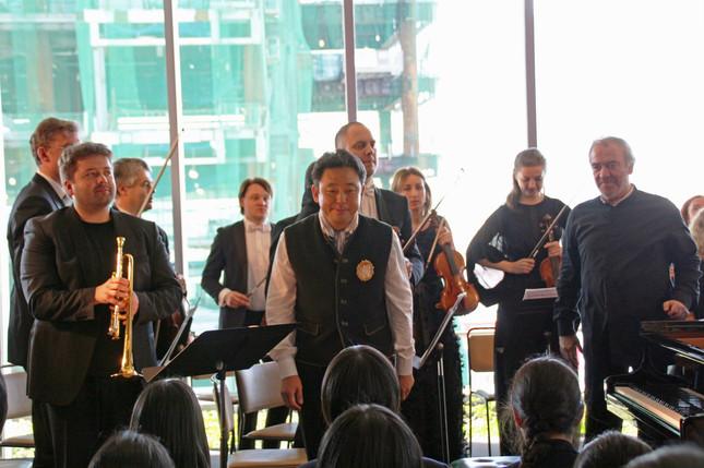 マリインスキー歌劇場管弦楽団ストラディヴァリウス・アンサンブルが、渋谷ヒカリエのオープンスペースで演奏