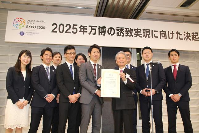 経団連の榊原定征会長から賞状を受け取る三菱商事の社員
