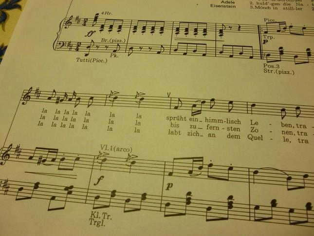第2幕の舞踏会の華やかなシーンで歌われる『ぶどう酒の川の流れに』の楽譜