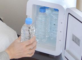 枕元にも置ける超静音なコンパクト冷温庫 ペットボトル4本入る