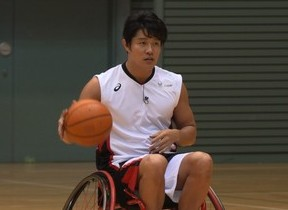 鈴木亮平がパラスポーツに挑戦! 車いすバスケ、真剣な表情で...
