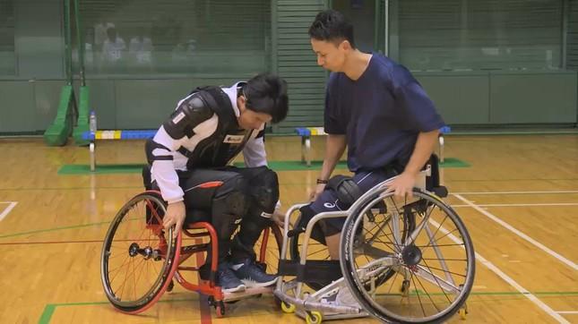 選手と1対1の練習に挑む鈴木さん