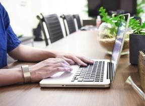 花粉シーズンはハワイで働いていいよ IT企業、「花粉疎開」オフィスを新設