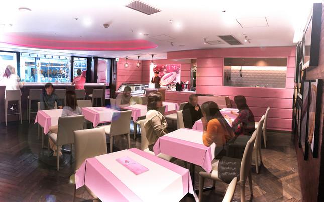 ピンク色の店内