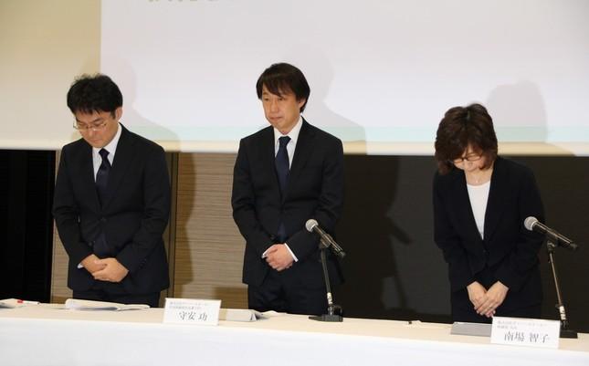 DeNAの謝罪会見。左から小林賢治氏、守安功氏、南場智子氏(2016年12月)