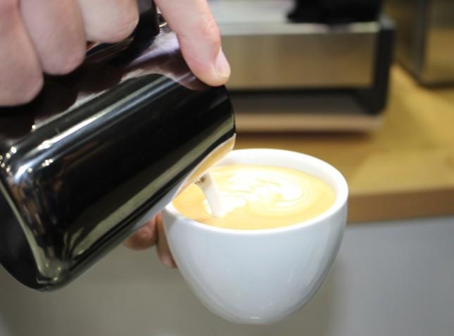 業務用コーヒーマシン「カメオ」で実演