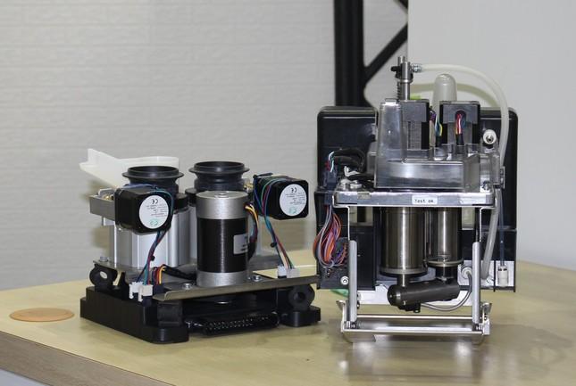 コーヒー豆を挽く「グラインダー」(左)と抽出する「チェンバー」(右)