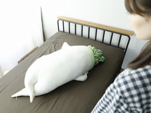 ベッドで存在感を放つ「セクシー大根抱き枕」