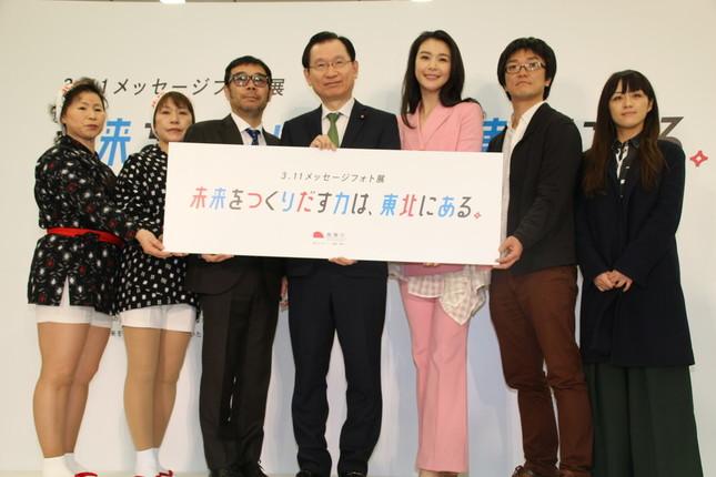 (左から)中川やえ子さん、大向広子さん、平間至氏、浜田昌良復興副大臣、知花くららさん、亀山貴一さん、加藤絵美さん