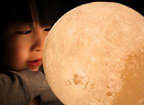 月の形を3Dプリンターで再現 寝室に置きたいLEDライト