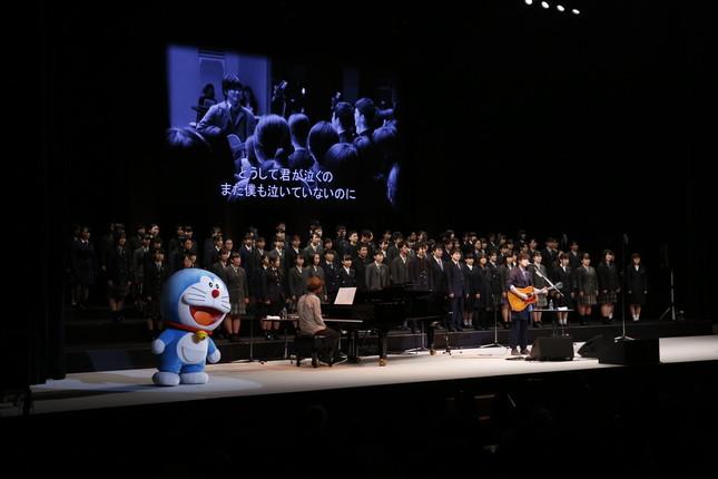 秦 基博さんが高校生94人と「ひまわりの約束」を合唱