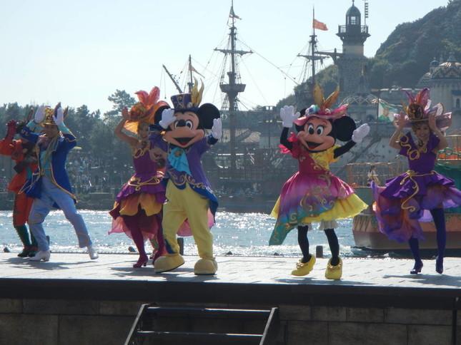 ミッキー、ミニーが上陸して踊る
