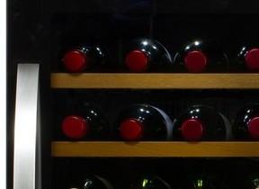 外気温に応じて冷却、加温を自動制御 28本収納可能なワインセラー