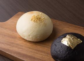 金箔を載せた白黒のコントラスト 蜂蜜専門店がつくるクリームパン