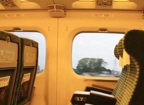 グリーン車通路側席を予約したら窓側の客にイヤな顔された...どうして?