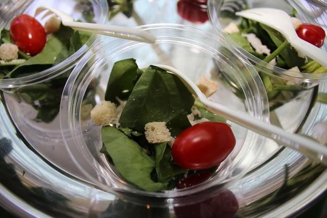 報道向けに配られた試食用サラダ