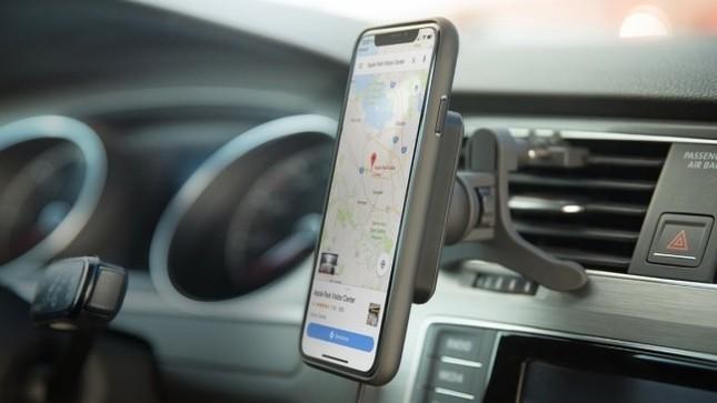 専用ケースの装着により、ワイヤレス充電非対応のiPhoneでも使える