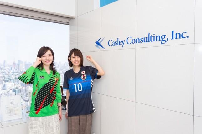 ユニホーム勤務が可能となる「キャスレーコンサルティング」 左の女性は松永成立さんのレプリカユニホームを着用している。