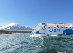 水陸両用バス「KABA」 ホテルエントランスからそのまま山中湖へ