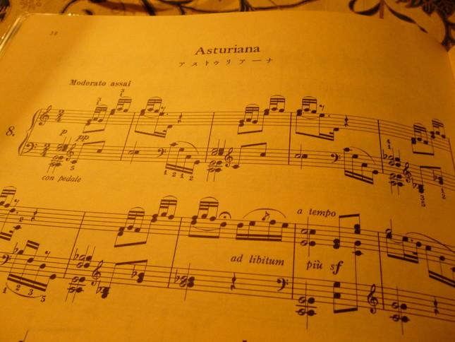 「スペイン舞曲集」の中の「アストゥリアーナ」のピアノオリジナル楽譜。この楽譜のように「サルダーナ」とは書かれていないものもある。