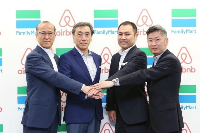 左から2人目がファミリーマート澤田社長、同3人目がAirbnbの田邊代表取締役