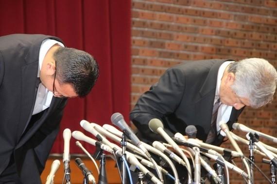 23日の会見で頭を下げる日大・内田正人前監督(右)と井上奨コーチ