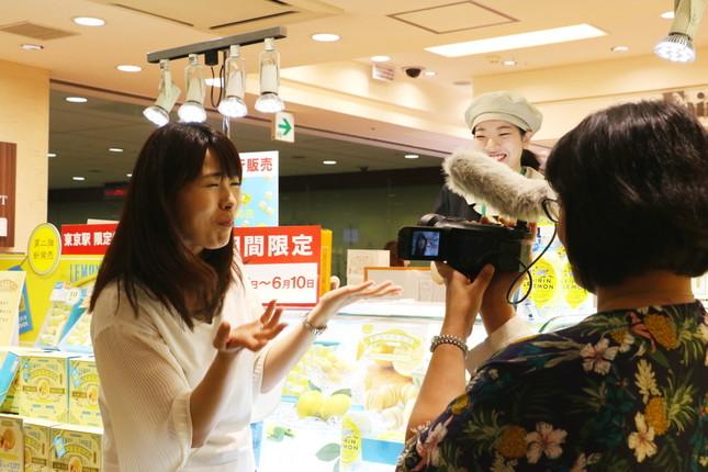 食レポ中のフリーアナウンサーの柳沼愛子さん