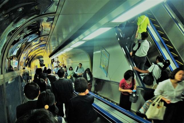 数分の遅れで「大変ご迷惑を」と謝る鉄道は世界でも珍しい=東京駅で、冨永撮影
