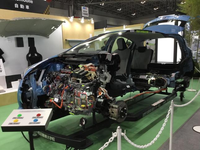 不織布はドアの内側、フロアカーペット、エンジン内部のフィルターなどにも使われている
