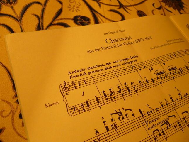 楽譜には「バッハ作品番号1004のヴァイオリンのためのパルティータ2番が原曲」と書かれている
