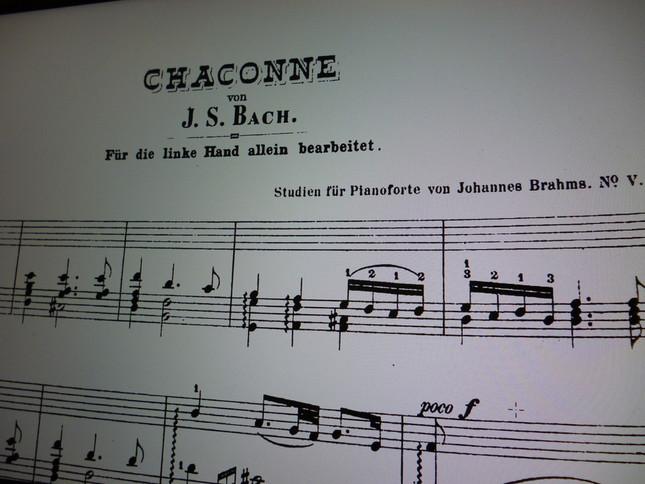 楽譜には、バッハの名が大きく書かれ、左手のための、とその下にかかれているブラームス版『シャコンヌ』