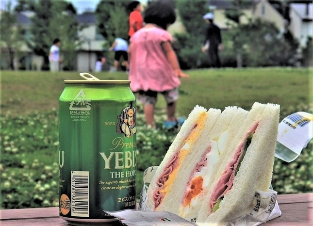 ワンコインで公園酒。涼風が罪悪感を吹き飛ばす?=東京都杉並区で、冨永撮影