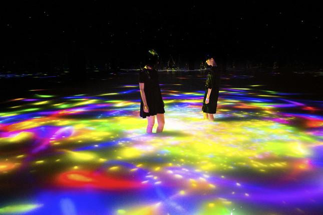 「人と共に踊る鯉によって描かれる水面のドローイング - Infinity」(写真クレジット:チームラボ プラネッツ TOKYO DMM.com)
