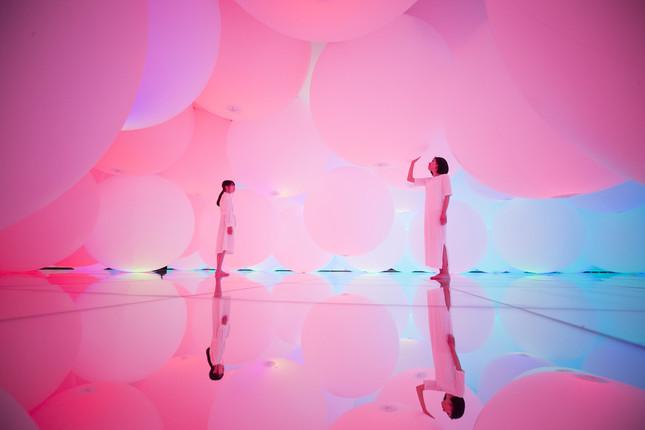 「変容する空間、広がる立体的存在 - 自由浮遊、3色と新しい9色」(写真クレジット:チームラボ プラネッツ TOKYO DMM.com)