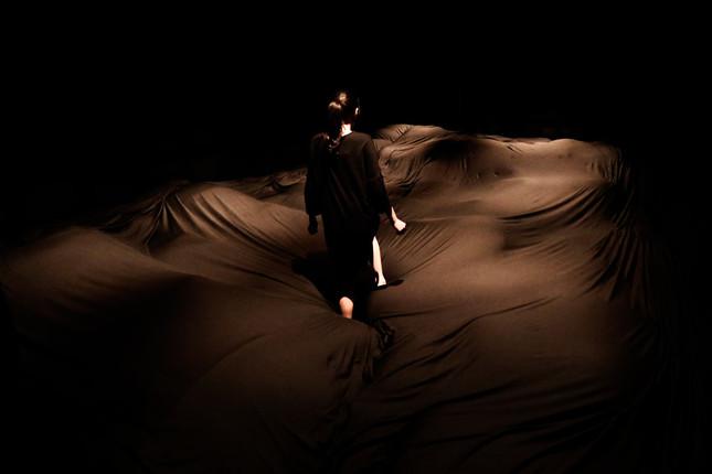 「やわらかいブラックホール」(写真クレジット:チームラボ プラネッツ TOKYO DMM.com)