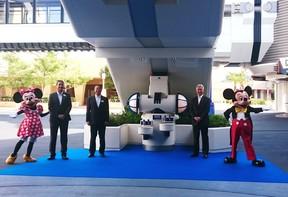 左からミニーマウス、ウォルト・ディズニー・アトラクションズ・ジャパンのアンドリュー氏、オリエンタルランドの上西氏、花王の澤田氏、ミッキーマウス