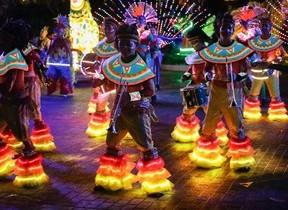 人気テーマパーク「香港海洋公園」で夏の祭典 地上と水上で豪華ショー