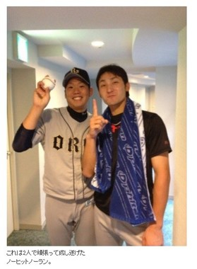 2012年にノーヒットノーランを達成した西投手と伊藤捕手のバッテリー(画像は西投手のブログより)