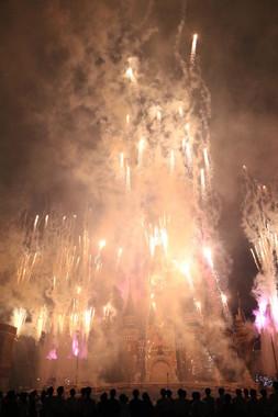 フィナーレの花火。シンデレラ城がかすむ