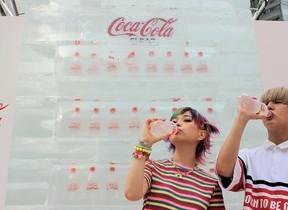 酷暑の夏、渋谷に「オアシス」登場 「コカ・コーラ クリア」氷の自販機